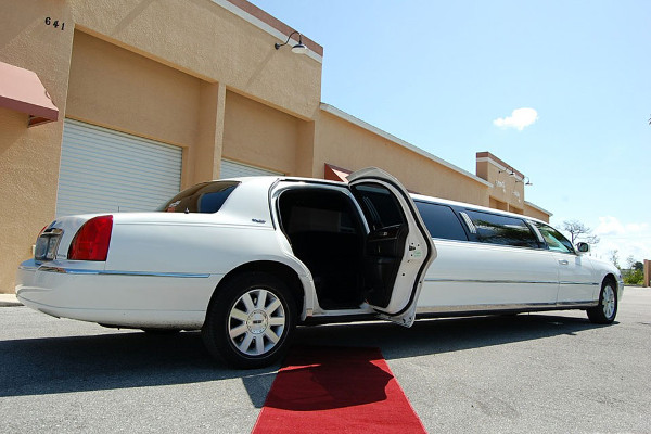 lincoln-stretch-limo-Cumberland Hill